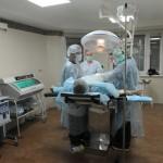 operacionnaya-brigada-vypolnyaet-hirurgicheskuyu-operaciyu-pri-varikocele