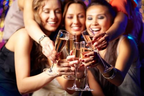 Научившись правильно пить алкоголь, вы сполна насладитесь вечеринкой и обезопасите себя от неприятных последствий