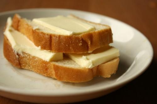Если под рукой нет плова или жаркого, в качестве закуски идеально подойдет хлеб с толстым слоем сливочного масла