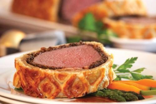 Веллингтон - сногсшибательный стейк, и. если вы хотите удивить даму сердца своим кулинарным искусством, непременно попробуйте приготовить это блюдо!